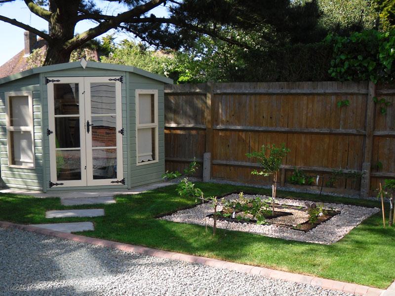 Garden with lawn, gravel garden and summerhouse