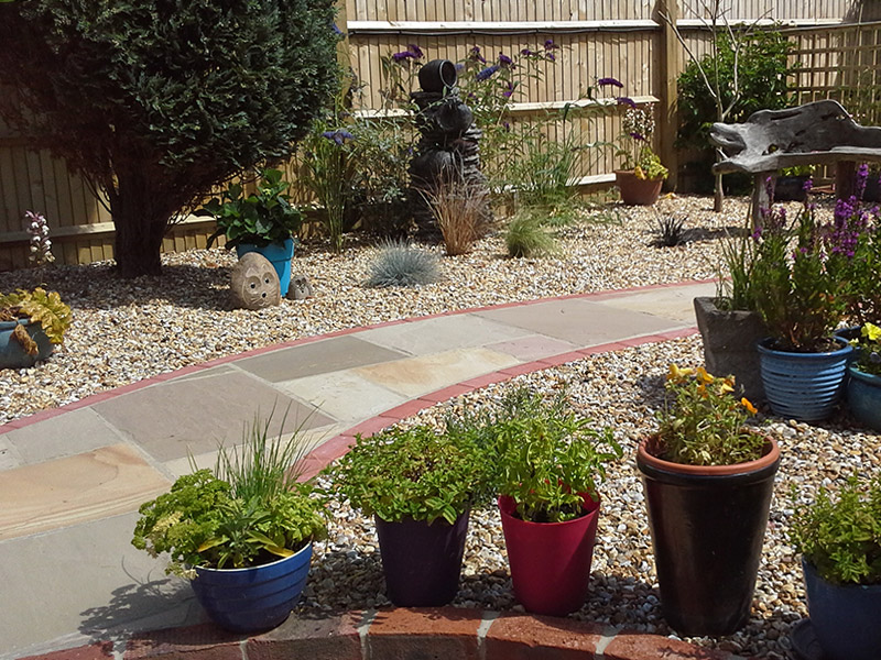 Gravel garden with stone path by Shakespreare's Landscapes